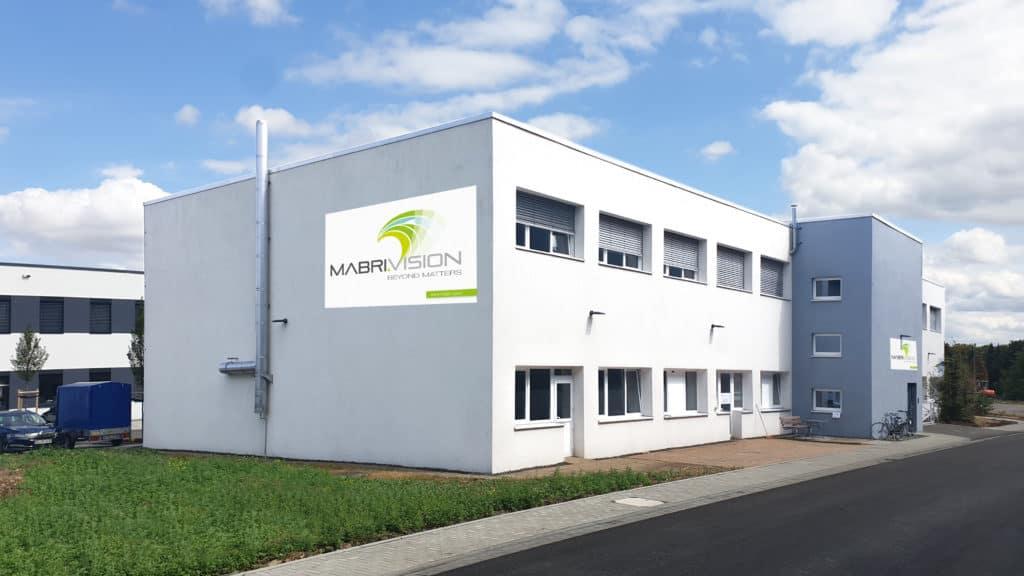 Bürogebäude der MABRI.VISION GmbH. Vorderseite und Haupteingang.