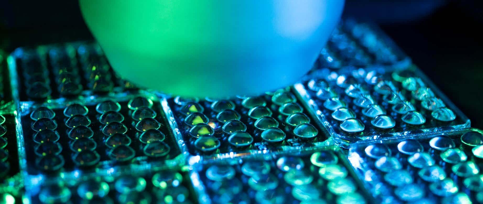 Bild, welches die Prüfung von Mikrolinsen zeigt.