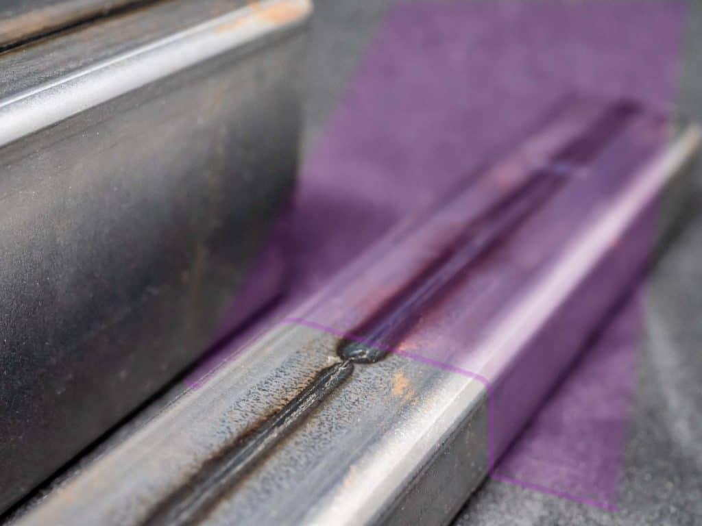 Bildliche Darstellung einer Schweißnahtprüfung mit Laserstrahl.