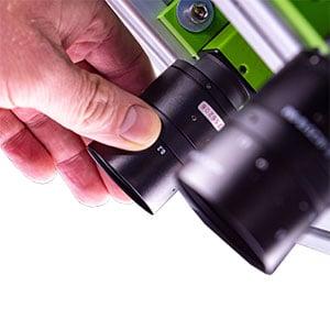 Nahaufnahme einer Hand, die eine Kamerasystem einstellt.